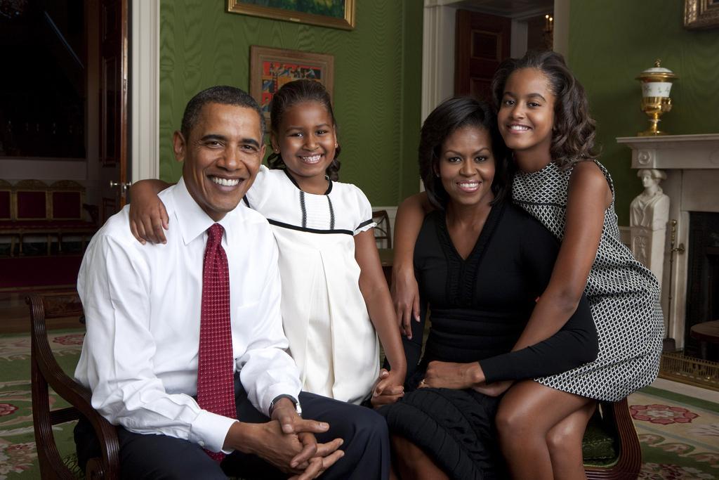 obama-family-in the green room